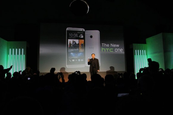 Peter Chou, CEO der HTC Corporation, mit seinem neuen Android-Flaggschiff HTC One beim Launch-Event in London (Foto: AST/CNET).
