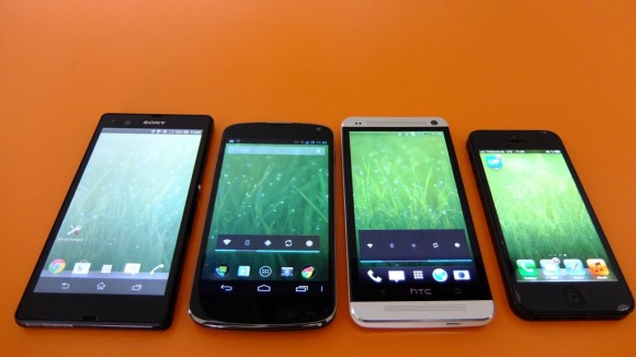 Displays des HTC One, iPhone 5, Xperia Z und Nexus 4 bei voller Helligkeit (Foto: ZDNet.de)