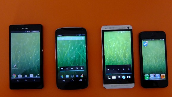 HTC One, iPhone 5, Xperia Z und Nexus 4 in der Draufsicht (Foto: ZDNet.de)