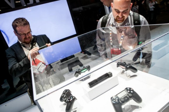 PS4: Sony zeigt DualShock 4 Controller und Eye Camera auf der Games Developers Conference (Foto: CNET.com)