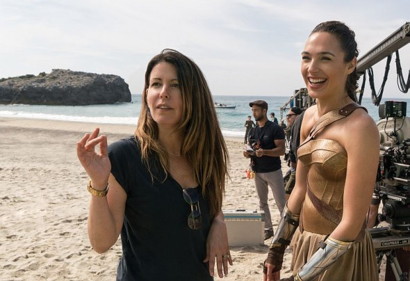 "Regisseurin Patty Jenkins (links) mit Hauptdarstellerin Gal Gadot am Set von ""Wonder Woman"""